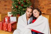 Couple enjoying christmas eve at home — Stock fotografie