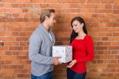 Man giving girlfriend Christmas present — Stok fotoğraf