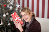 Woman guess contents of gift — Foto Stock