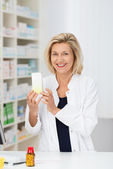 Pharmacist displaying promotional product — Foto de Stock
