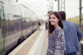 Pareja joven acerca al tablero en tren — Foto de Stock
