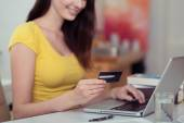 Žena při nákupu v Internetu — Stock fotografie