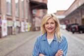 Уверенно женщина на улице со скрещенными руками — Стоковое фото