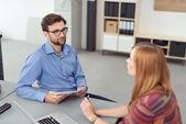 Affärsman och kvinnan en diskussion — Stockfoto