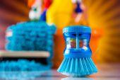 Concetto con bottiglie e spazzole di pulizia — Foto Stock