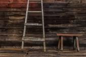 Старая деревянная скамья — Стоковое фото