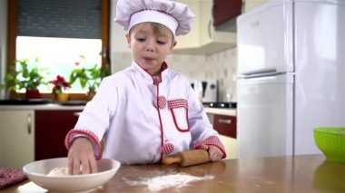 Child throwing flour — Stock Video