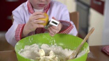 Peel scraping to dough — Stock Video