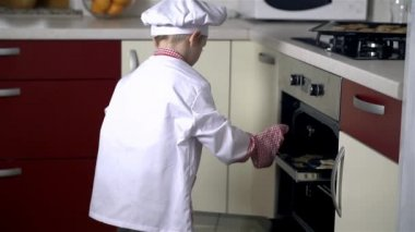 Baker closes oven with cookies — Stock Video