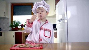 Baker eating cookies in kitchen — Vídeo de stock
