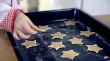 Baker setzen Cookies auf Tablett — Stockvideo