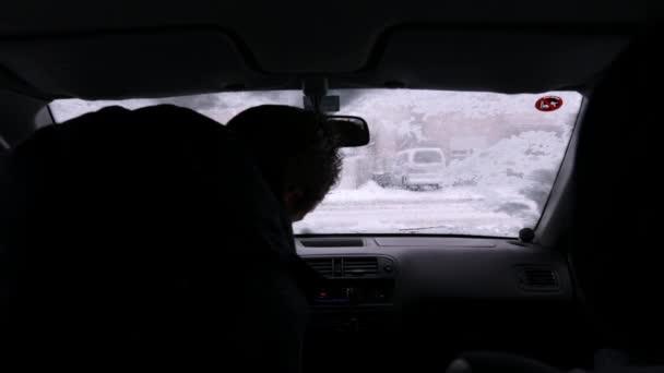 Man getting in car — Vídeo de stock