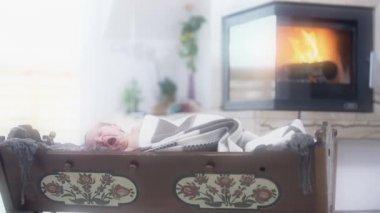 Yeni doğan bebek ağlıyor — Stok video