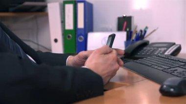 Człowiek wysyłanie sms — Wideo stockowe