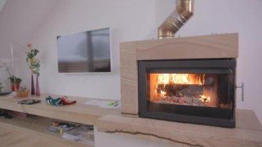 暖炉で火が燃える — ストックビデオ
