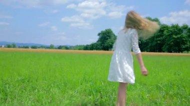 Girl  Making A Wheel Stunt — Stock Video