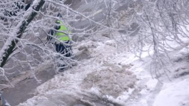 Road worker removes snow — Stock Video