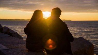 Homem e mulher, apreciando o pôr do sol — Vídeo stock