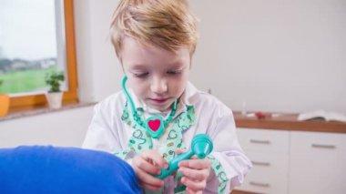 мальчик, вынимающий отоскоп — Стоковое видео