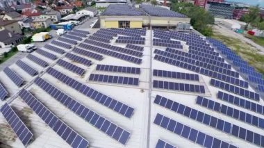 Solar panels on building — Vídeo stock