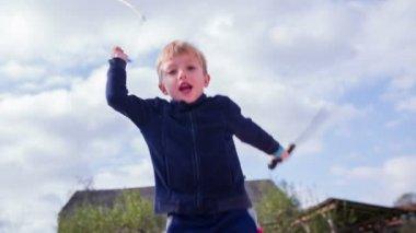 Jongen zwaard vechten — Stockvideo