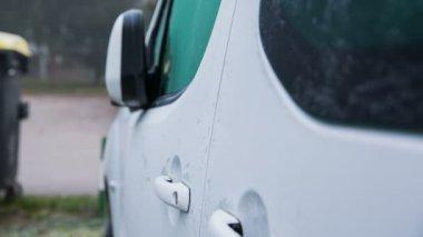Man Unlocking car door — Stock Video