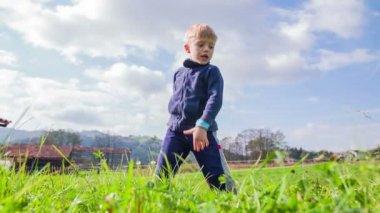 Kid slicing through grass — Stock Video
