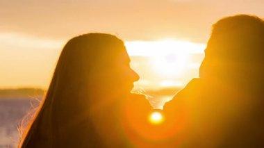 Casal beijando pelo mar — Vídeo stock