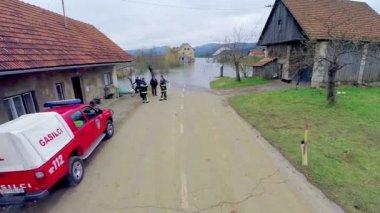 Firemen monitoring flooding — Stock Video