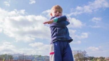 Kind zwaaien en springen — Stockvideo