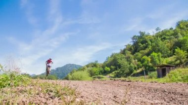 Motorcross springen op onverharde weg — Stockvideo