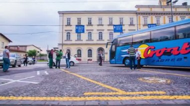 People walking on bus station — Vídeo de stock