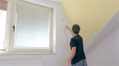 Male painting walls — Stock Video