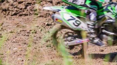 Motor passeren op weg — Stockvideo