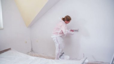 Одна только женщина рисующий дом — Стоковое видео