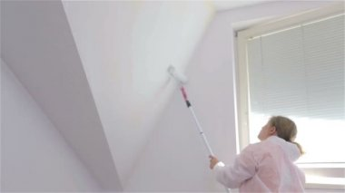 Woman painting sloped wall — Stock Video