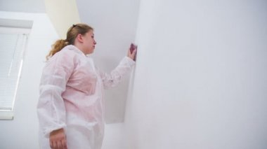 Woman sanding walls — Stock Video