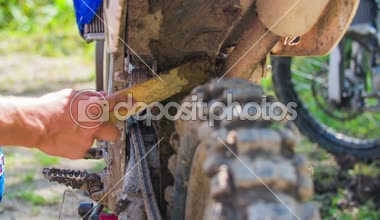 Persoon verwijderen van modder van banden — Stockvideo