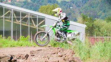 Racer sprong op de motocross rails — Stockvideo