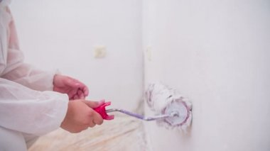 Person painting walls — Vídeo de stock