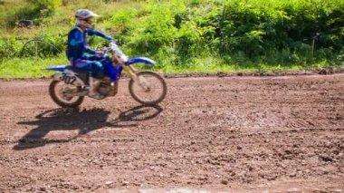 Motorcrosser versnellen — Stockvideo