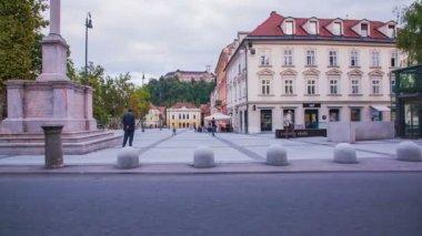Kongresni trg with Ljubljana castle — Stock Video