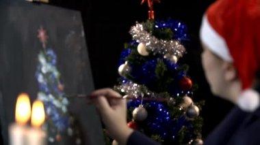 Vrouw schilderij kerstboom — Stockvideo