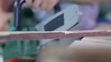 Cutting wood with a chainsaw — Vídeo de Stock