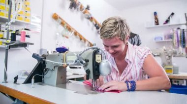 ミシンで働く女性 — ストックビデオ