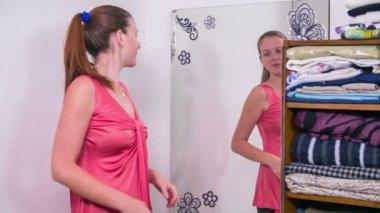 Yeni elbise çalışan kadına — Stok video