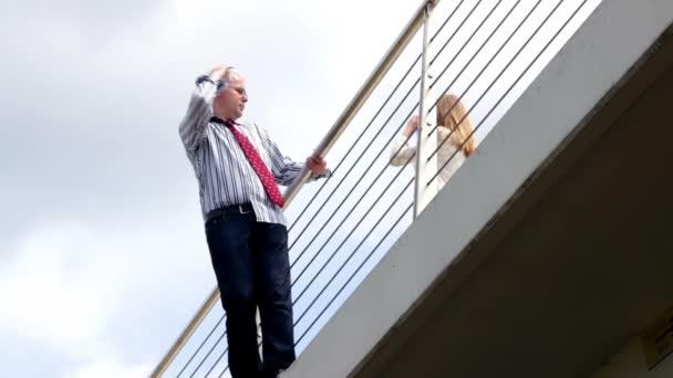 Man op de brug — Vídeo de stock