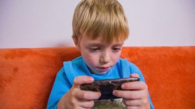 Kid playing games — Stock Video