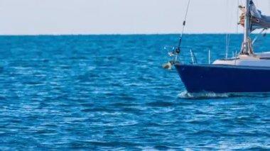Sailboat while sailing through sea waves — Stock Video