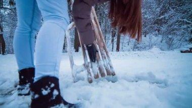 Donna che prova a rimuovere la neve — Video Stock